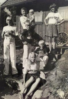 """Maj-Britt Hoffstetter Nielsen, 47, Hundested. BT havde i 70'erne en serie, hvor man kunne søge efter f.eks. kærester. Min mor og far valgte at søge efter en reservebedste. Vi fik t-shirts hvor der stod """"Skal det være os"""". BT fotograferede os og vi kom i avisen. Det endte dog ikke med en bedstemor, men istedet med en ung pige i huset. På billedet er far, jeg selv, min storebror og mine 3 yngre brødre (ca. 1978-79)."""