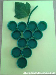 Racimo de uvas con tapones de plástico reciclados