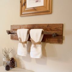Rustic Wood Towel Rack - Large, reclaimed towel hanger with railroad spikes, x barn wood towel bar Towel 🧻 Railroad Spikes Crafts, Rustic Towel Rack, Bad Set, Pallet Shelves, Barn Wood, Rustic Decor, Rustic Wood Crafts, Rustic Style, Diy Wood