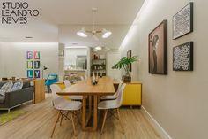 Projeto assinado pelo Studio Leandro Neves com um visual super leve, jovem e moderno! O branco e a madeira conferem uma pegada aconchegante ao espaço, enquanto o espelho na parede dá a sensação de amplitude a sala de jantar. Para completar, os quadros em tons escuros da Urban Arts em contraste com o ambiente dão uma aparência descolada.