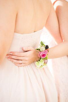 Farbenfrohe Blumenarmbänder von Blumenmädchen Corsage Wedding, Wedding Bridesmaids, Wedding Bouquets, Bridesmaid Dresses, Prom Corsage, Wedding Dresses, Wedding Flowers, Wedding 2017, Sei