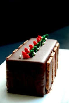 Learn all about this fancy 'wow' holiday dessert recipe - the Buche de Noel cake! Best Dessert Recipes, Cupcake Recipes, Fun Desserts, Sweet Recipes, Delicious Desserts, Christmas Deserts, Christmas Treats, Christmas Cakes, Merry Christmas