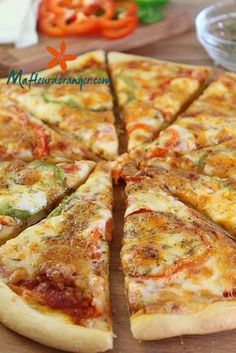 Everything is homemade in this pizza, whether it's the dough or the sauce. Certainly it's easier to use a commercially prepared dough but a homemade pizza dough is better especially Pizza Buns, Pizza Burgers, Taco Pizza, Healthy Breakfast Potatoes, Healthy Breakfast Recipes, Pizza Recipes, Cooking Recipes, Easy Pizza Dough, Pizza Cake