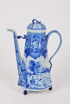 Cafeteira oitavada com tampa - Porcelana da Fábrica Vista Alegre. Decoração a azul e branco.