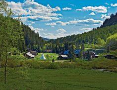 Estados Unidos Ubicado en las Montañas San Juan de las Rocosas de Colorado, alojamiento en cabañas de madera provistas con wifi y baño privado. Montañas, infinidad de árboles, un río, una cascada y manantiales termales. Puedes montar a caballo, hacer senderismo, relajarte en el spa Dunton Hot Springs. 52068 Road 38. Dolores. Colorado (Estados Unidos). Tél. (877) 228 4674.