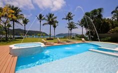 A piscina projetada por Selma Tammaro conta com diversos níveis e um ofurô separado. Foto: Divulgação