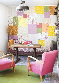 Mitä enemmän värejä ja kuvioita, sitä iloisempi ja viihtyisämpi sisustuksesta tulee! Katso Unelmien Talo&Kodin kooste värikkäistä olohuoneista.