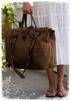 interesting bag concept for soft suitcase Satchel Purse, Tote Bag, Pouch Bag, My Bags, Purses And Bags, Carpet Bag, Diy Carpet, Diy Sac, Unique Purses