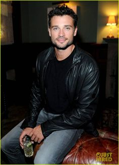 Tom Welling just keeps getting yummier and yummier with time.