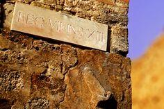 D.Signers   ¿Qué pasó en Pompeya? 42.Placa distintiva donde se observa un miembro viril masculino realizado en alto relieve indicando la dirección hacia un prostíbulo en la zona de Regio VII.