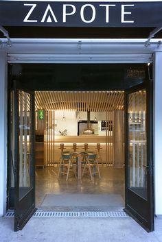 Zapote es un restaurante en la Ciudad de México en donde intervinieron diferentes diseñadores y arquitectos, entre ellos, el Ricardo Casas, que se encargó del diseño del mobiliario para este lugar.