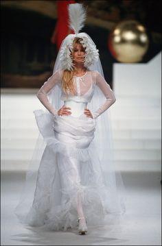 Claudia Schiffer en robe de mariée lors du défilé Chanel haute couture printemps-été 1994