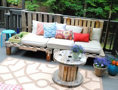gartenbank aus palette bunt sitzflaeche garten deko idee giesskanne pool pinterest garten. Black Bedroom Furniture Sets. Home Design Ideas