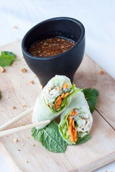 Spring rolls chicken / mashed avocado with coriander / peanuts . Easy Salad Recipes, Asian Recipes, Healthy Recipes, Ethnic Recipes, Chicken Spring Rolls, Salty Foods, Mashed Avocado, Exotic Food, Greens Recipe