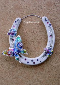 Colorful butterfly and flowers on an off-white horseshoe with Swarovsky crystals. Horseshoe Projects, Horseshoe Crafts, Horseshoe Art, Horseshoe Ideas, Beaded Horseshoe, Lucky Horseshoe, Western Crafts, Country Crafts, Fun Crafts