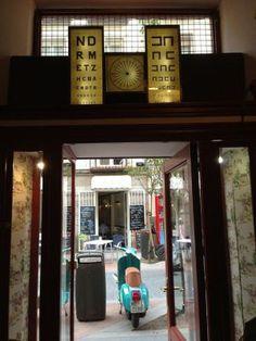 Tiendas de música, librerías infantiles y pistas gastronómicas en el coqueto barrio de Santiago