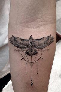 águila en antebrazo tatuajes para hombres