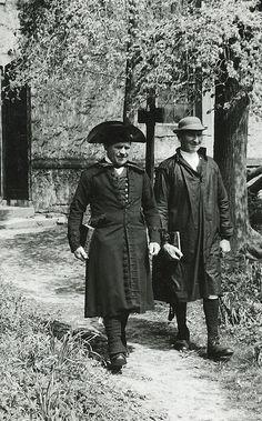 Zwei Männer in Schwälmer Tracht beim Verlassen der Kirche, um 1938 #Schwalm