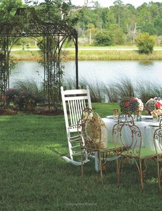 Paula Deen, please invite me to lunch here in your backyard... We could have a beautiful tea party together.