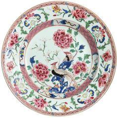 Assiette à décor de faisans en porcelaine de Chine de la Compagnie des Indes d'époque Yongzheng Peinte dans les émaux de la famille rose, avec un riche décor de faisans, de pivoines et d'ornements sur l'aile.
