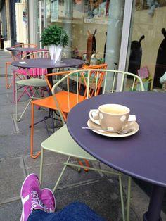 #Terrasse avec fauteuils sans perforation et guéridons #Flower #Fermob www.fermob.com - Le poussette café, Paris