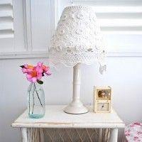 Een supersnelle manier om je lamp te pimpen met een kanten kleedje. Gewoon leuker
