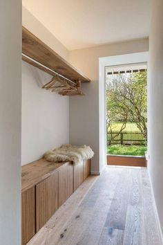 102 Fotos para Renovar seu Hall de Entrada. As cores das paredes, do piso, dos móveis e do pelego compõem um ambiente com a técnica tom sobre tom.