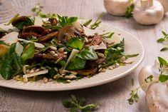 TOSKAŃSKA PIECZARKA. Sałatka z pieczarkami w ziołach toskański, serem pecorino, suszonymi pomidorami, pestkami słonecznika, rukolą i roszponką.