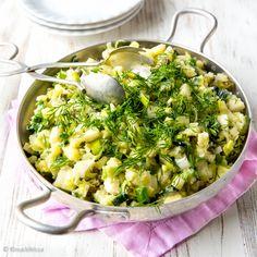 Perunasalaatti ei kaipaa raskasta majoneesipohjaista kastiketta, vaan kevyempi on parempi minun mielestäni. Salaatti on ihanan raikasta, koska mukana on paljon muutakin makua kuin perunaa. Tämän rinnalla voi sitten tarjota tuhdimpaakin piirakkaa tai vaikka grilliherkkua. Mushroom Rice, Veggie Dinner, Rice Dishes, Risotto, Potato Salad, Salad Recipes, Macaroni And Cheese, Stuffed Mushrooms, Food And Drink