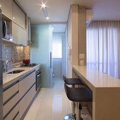 Outro ângulo desse lindo projeto! Cozinha integrada e super bem dividida e bem decorada!  #lardocelar #meuapartamento #homesweethome #instadecor #instadesign #decorlovers #inspiraçãododia #meular #inspiringoftheday #moveisplanejados  #interioresdesign #arquitetura #dicasdecor #meupequenoapartamento  #interiores #apartamentodecorado #arquitetando #decoraçãododia #homedecor #homedesign