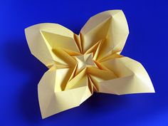 Fiore bombato 3, variante - Curved flower 3, variant. Origami, a sheet of copy paper, 21 x 21 cm. Designed and folded by Francesco Guarnieri, September 2009. Crease Pattern: http://guarnieri-origami.blogspot.it/2013/04/fiore-bombato-3.html