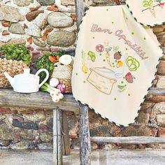 Asciugapiatti in cotone confezionato in avorio con sbieco di finizione a quadri grandi verde scuro disegnato con motivo verdure da ricamare a punti vari. Picanello per appenderlo