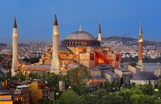 La iglesia de Santa Sofía, en Estambul, es una de las obras más sublimes del arte bizantino. Fue construida del 532 al 537, durante el mandato de Justiniano