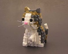 ok, this is just ridiculously cute. a little calico kitten with a pink nose, and little whiskers. all made out of white, grey, and bronze colored lego blocks. it's Lego Kitty Poo! Lego Design, Legos, Pokemon Lego, Lego Hacks, Gato Calico, Construction Lego, Lego Sculptures, Lego Boards, Lego For Kids