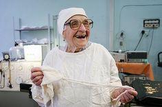 Nếu bạn nghĩ rằng đã muộn để học và trở thành một bác sĩ phẫu thuật thì bạn nhất định phải gặp Alla Illynichna Levushkina. Bà là bác sĩ phẫu thuật làm việc tại bệnh viện thành phố Ryazan gần Moscow, Nga. Dù đã gần 90 tuổi, bà vẫn đưa ra những chẩn đoán cũng như phương hướng điều trị vô cùng...  http://cogiao.us/2017/02/04/bac-si-phau-thuat-cao-tuoi-nhat-the-gioi-gan-90-van-thuc-hien