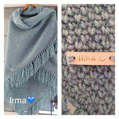 Granietsteek omslagdoek met naamlabeltje. Crochet