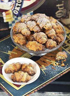 Diós grillázsos kiflik | Street Kitchen Naan, Cake Cookies, Cereal, Almond, Sweets, Breakfast, Ethnic Recipes, Croissant, Cakes