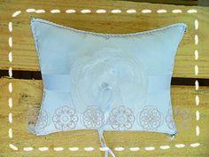 Almofada para Aliancas Bodas de Prata: http://www.mariadaluz.com.br/loja3.0/af00501-almofada-para-alianca-bodas-prata-flor-p-2520.html