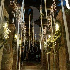 Κλασικός και διαχρονικός στολισμός με λευκά λουλούδια και εντυπωσιακό τραπέζι με κεράσματα. Chandelier, Ceiling Lights, Decorations, Lighting, Home Decor, Candelabra, Decoration Home, Light Fixtures, Room Decor