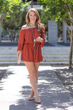 turquoise and rust (a lonestar state of southern) Beautiful Legs, Gorgeous Women, Sexy Older Women, Sexy Women, Sexy Outfits, Girl Outfits, Sexy Sandals, Gold Sandals, Girls In Mini Skirts