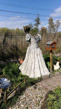 32 Inspiring Garden Scarecrow – Home Design - Garten Design Cement Art, Concrete Crafts, Concrete Art, Concrete Garden, Garden Whimsy, Garden Junk, Garden Art, Scarecrows For Garden, Fairy Furniture