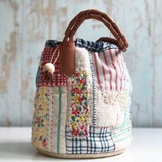 사진 설명이 없습니다. Patchwork Bags, Quilted Bag, Scrap Fabric Projects, Boho Bags, Linen Bag, Cute Bags, Vintage Quilts, Handmade Bags, Beautiful Bags