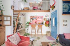 Casa com mezanino e cozinha americana tem porta de entrada pintada de azul e sala de estar colorida. Home Interior, Interior Design Living Room, Living Room Decor, Living Spaces, Bedroom Decor, Home And Deco, House Rooms, Cheap Home Decor, Home And Living