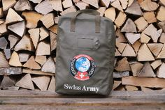 So we have a little one too.🇨🇭⛑️🏔️ A sturdy 1990s Swiss Army duffle bag or kit bag, made of waterproof vinyl and in excellent condition. This bag is marked with the logo of SWISSINT (Swiss Armed Forces International Command) which is the Swiss Armed Forces organisation responsible for International Peacekeeping activities. This bag is rare. We have never seen another one for sale in Switzerland. Swiss Army Bag, Swiss Army Backpack, Vintage Backpacks, Cool Backpacks, Army Patches, Leather Laptop Bag, Duffel Bag, Armed Forces, 1990s