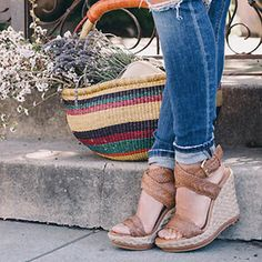 Keep your feet and shoes smelling amazing this summer with this simple and effective trick. This easy trick will help your shoes smell fresh all day long. Do this trick for all your shoes; you won't regret it.
