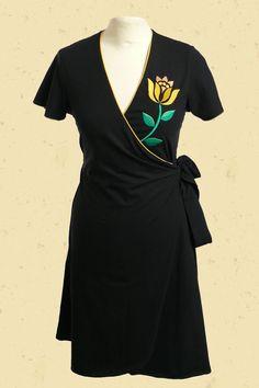 Zwarte wikkeljurk met gele bloem borduring