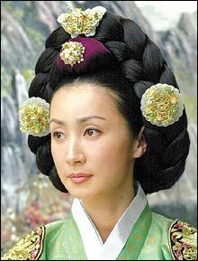 Ladies of the Palace (Hangul:여인천하) is a 2001 South Korean historical television series starringJeon In-hwaandKang Soo-yeon.  It aired onKBS2 for 150 episodes. Chung Nanjeong was aKorean politician and philosopher. She was a concubine and became the 2nd wife ofYun Won-hyung,Prime ministerand 13th KingMyeongjong's uncle. 문정왕후 전인화