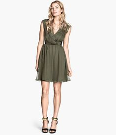 Product Detail | H&M CA Crinkled dress $39.95 DESCRIPTION Short, sleeveless dress in crinkled chiffon with a wraparound top and elasticated seam at the waist. Lined.