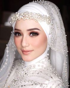pics of muslim wedding dresses Hijabi Wedding, Muslimah Wedding Dress, Muslim Wedding Dresses, Muslim Brides, Wedding Gowns, Romantic Wedding Makeup, Gothic Wedding, Bridal Hijab Styles, Hijab Makeup