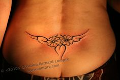 084.tattoo-paris-juin-hanche-dos-bas-fleur-tribal.jpg